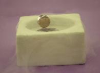 Un imán levita sobre un supercondutor a 95 K