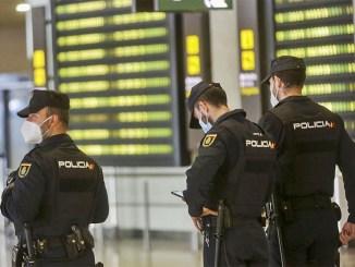 Мигранты жалуются на полицию - не отпускает с Канар на полуостров