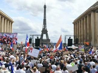 Протесты против ограничений для сдерживания пандемии распространяются по всему миру