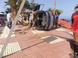 Playa de la Arena: авто вылетело на тротуар и перевернулось
