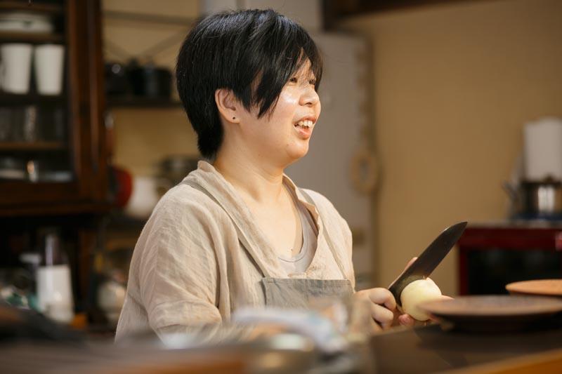 エプロン姿のよく似合う千田さん。
