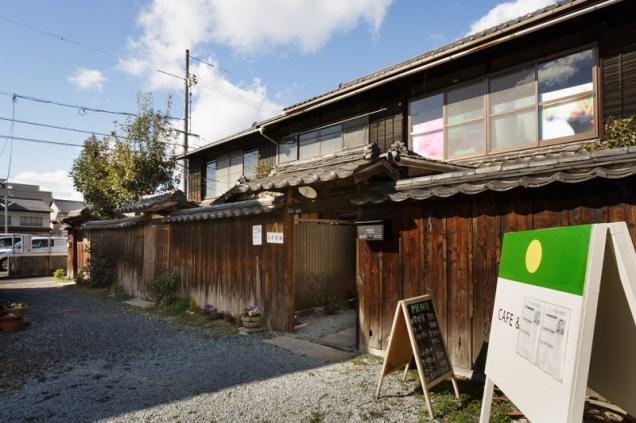 道から見て長屋の一番奥が「Cafe Maru」。お昼はお客さんでいっぱい!!!