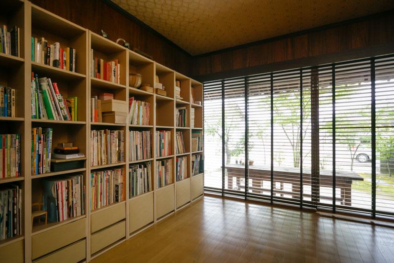 引っ越す前から改築されていたという洋室。インテリアのセレクトが冴えてます。