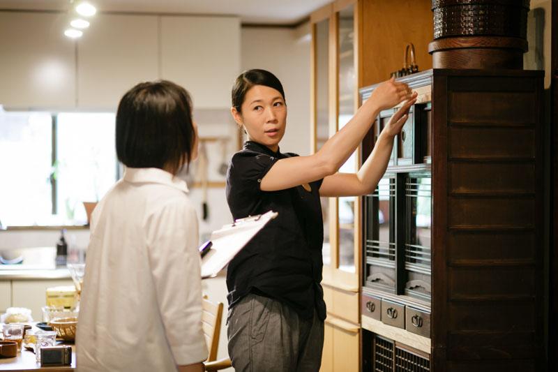 台所の、この位置に階段があった、と説明してくれる寛子さん。