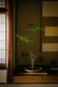床の間には、凛としたお花が。寛子さんが活けられたのだそう。