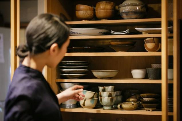 食器棚を開けてお母さんからの器を見せてくれる寛子さん。