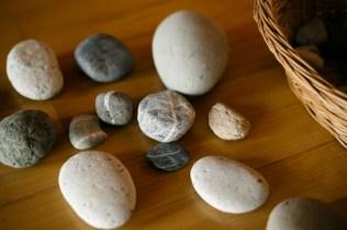 きれいに縞模様が入ったものが高知の石。自然の造形は素晴らしい!!