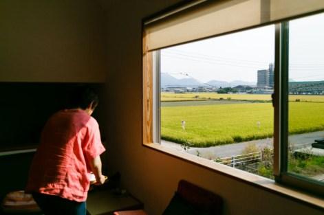 窓の向こうは気持ちのよい田園風景が広がります。