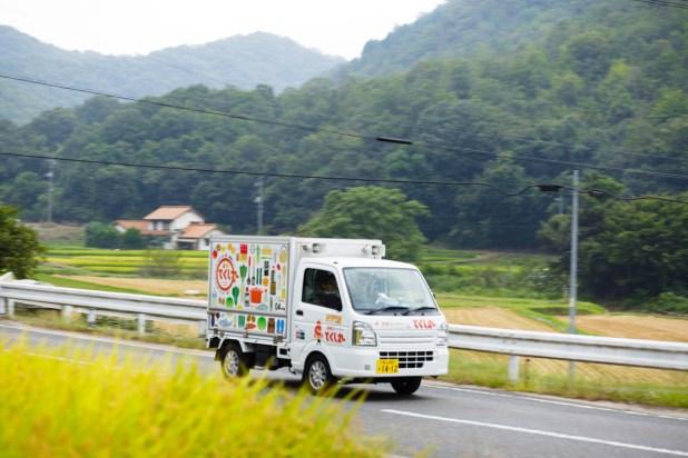 安田さんの相棒、冷蔵庫付き軽トラック「ホタル号」。お客さまのもとへ颯爽と向かいます!