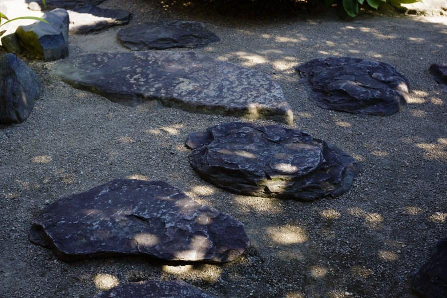 美しい庭石。発掘されてよかった~。。