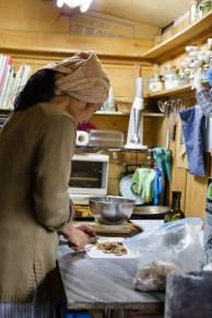 冷凍保存していたショウガの搾りかすを刻んでいます