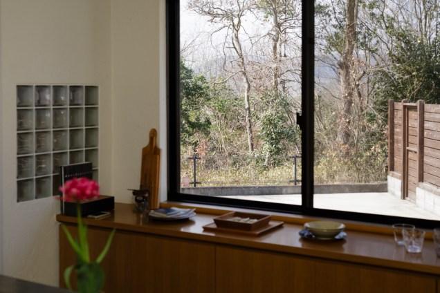 窓から見える雑木林。自然を身近に感じる暮らし、いいですね