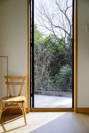 扉の向こうには穏やかな木々。岡山に来てよかったと言われ、見落としていた大切なことに気づけました