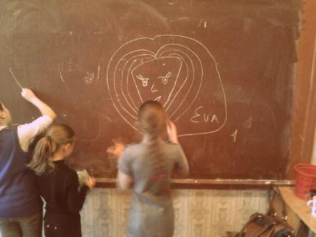 Meitenes skolā zīmē mani