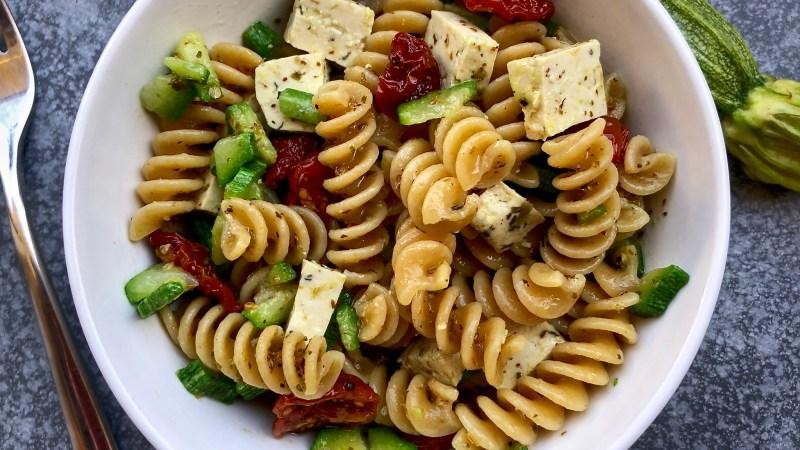 Fusilli integrali con zucchine, pomodorini semisecchi e tofu alle erbe di provenza
