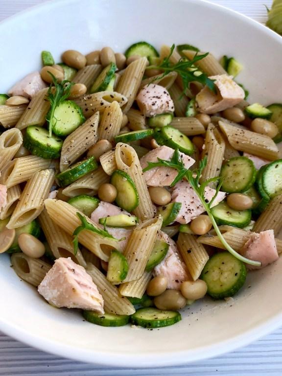 Insalata di pasta integrale al salmone fresco zucchine soia e rucola