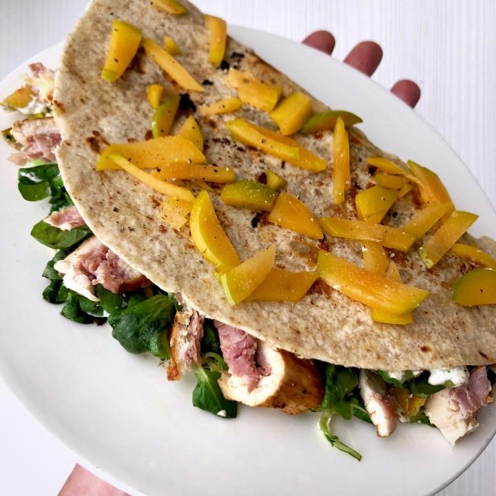 Piadina integrale con valeriana, pollo ripieno al prosciutto e prugne
