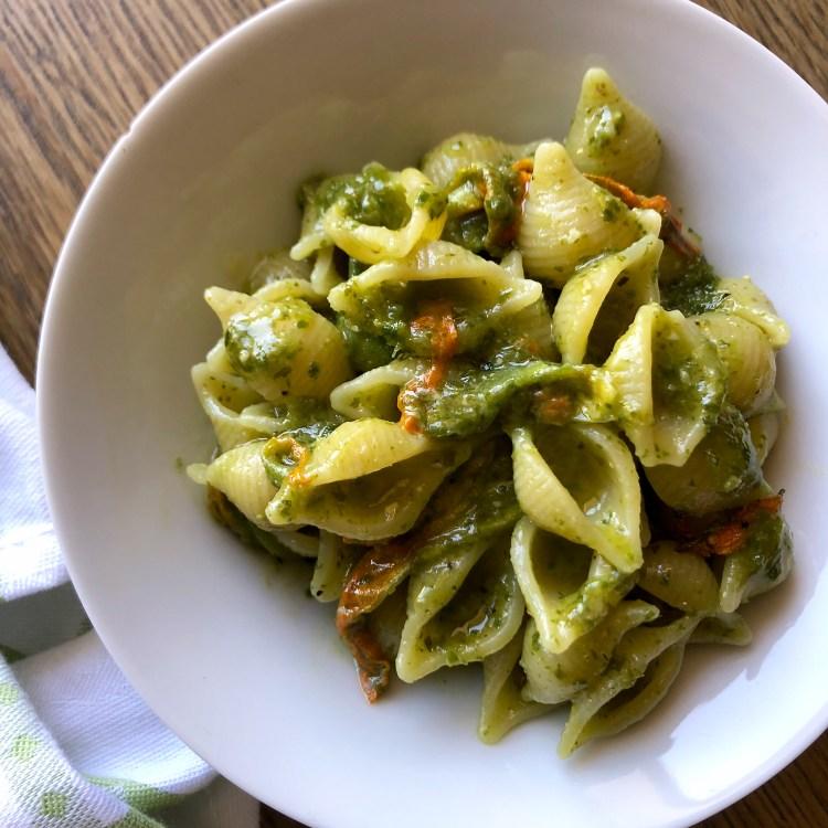 Pesto di zucchine e fiori di zucca