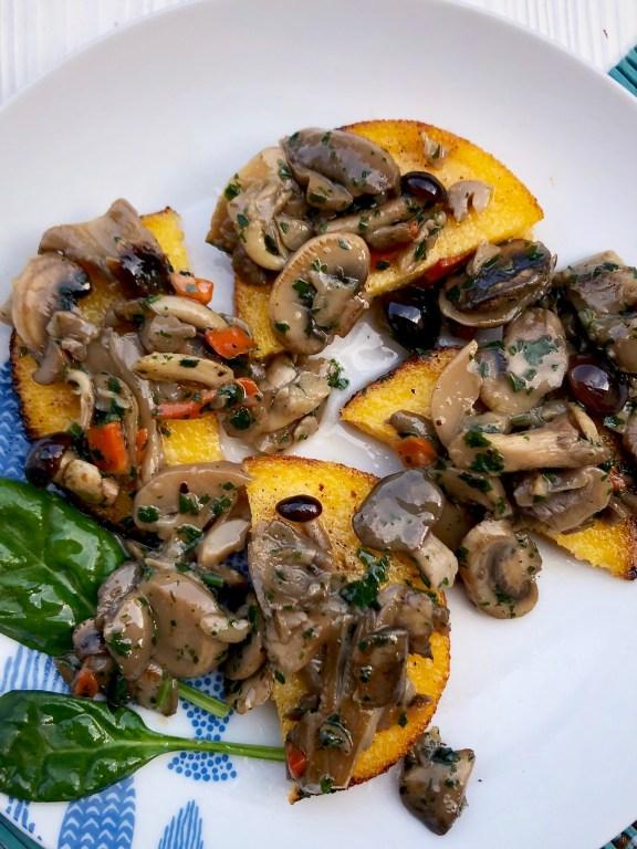 Polentine fritte e funghi trifolati