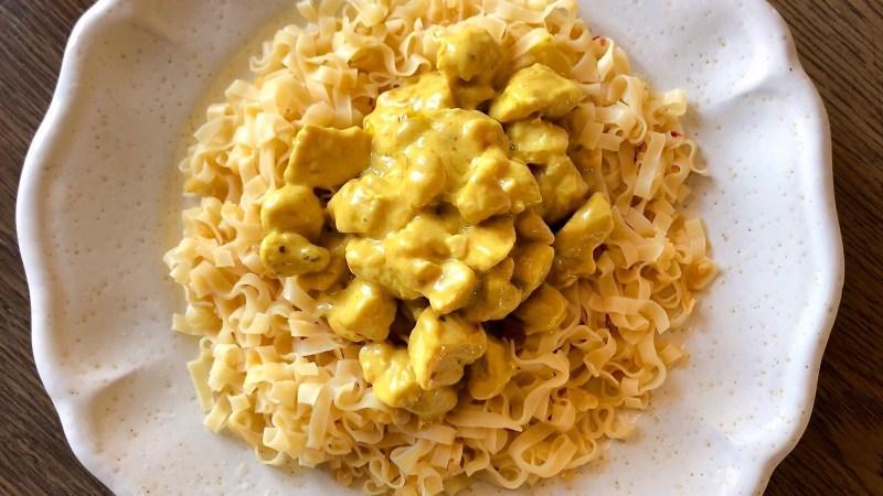 Pollo al curry cremoso con latte di cocco