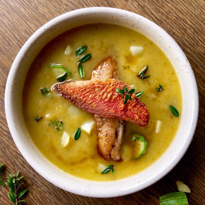 Triglie croccanti su crema di zucchine e patate