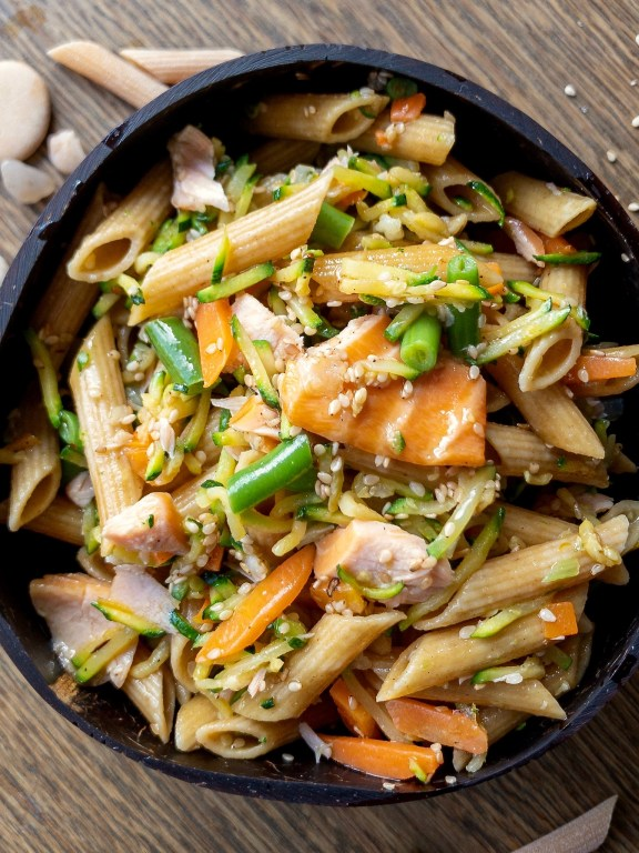 Penne integrali con verdure croccanti e salmone