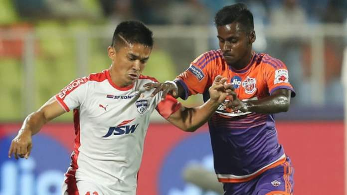 Kerala Blasters Sign Rohit Kumar for ISL 2020-21| Official Rohit Kumar of FCPC and Sunil Chhetri of BFC in a tackle during the 1st leg of SF 1