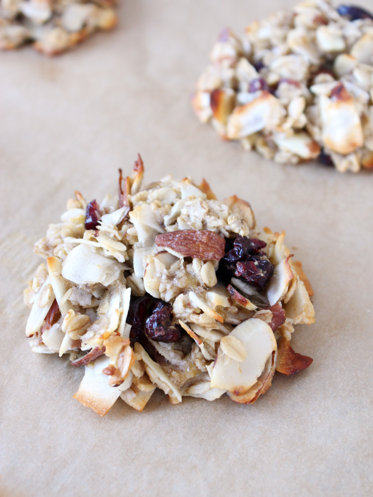 These healthy breakfast cookies are packed with ingredients to keep your energy up until lunch time—and each one is under 200 calories! | Recipe by @haleydwilliams
