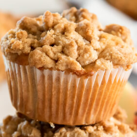 apple crumble muffin with crumb topping