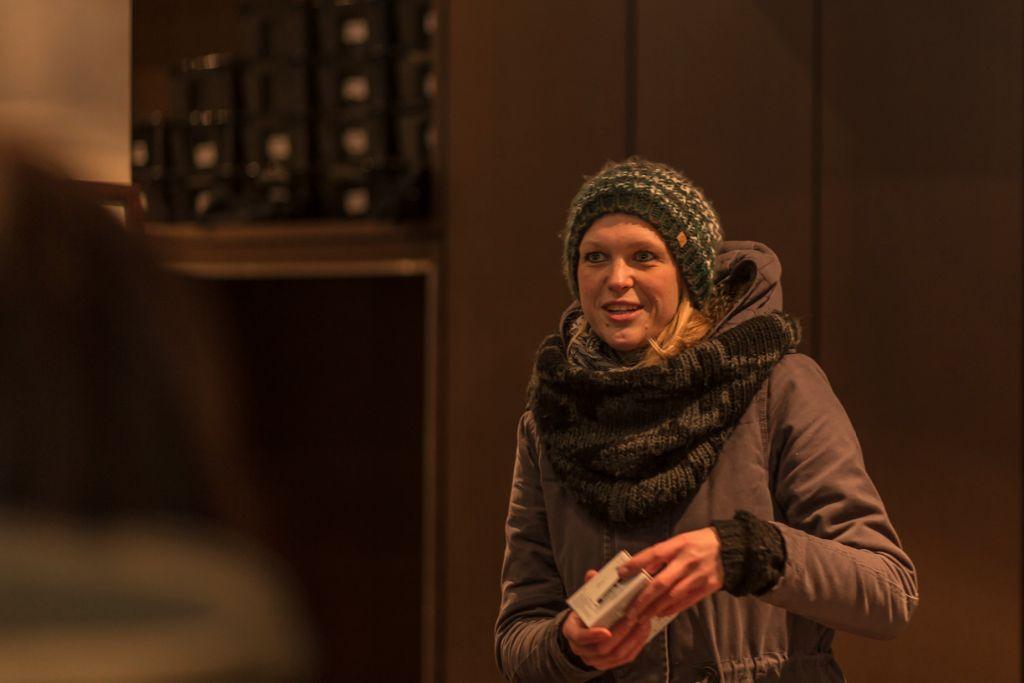 Claudia von VisitBerlin erklärt die Regeln zur Fotorallye