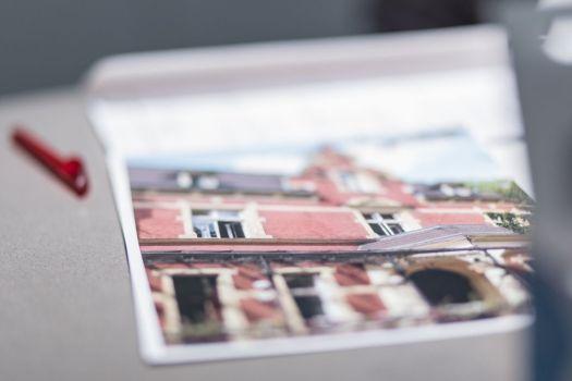 Jedes Team erhält ein Foto eines Ortes in Berlin