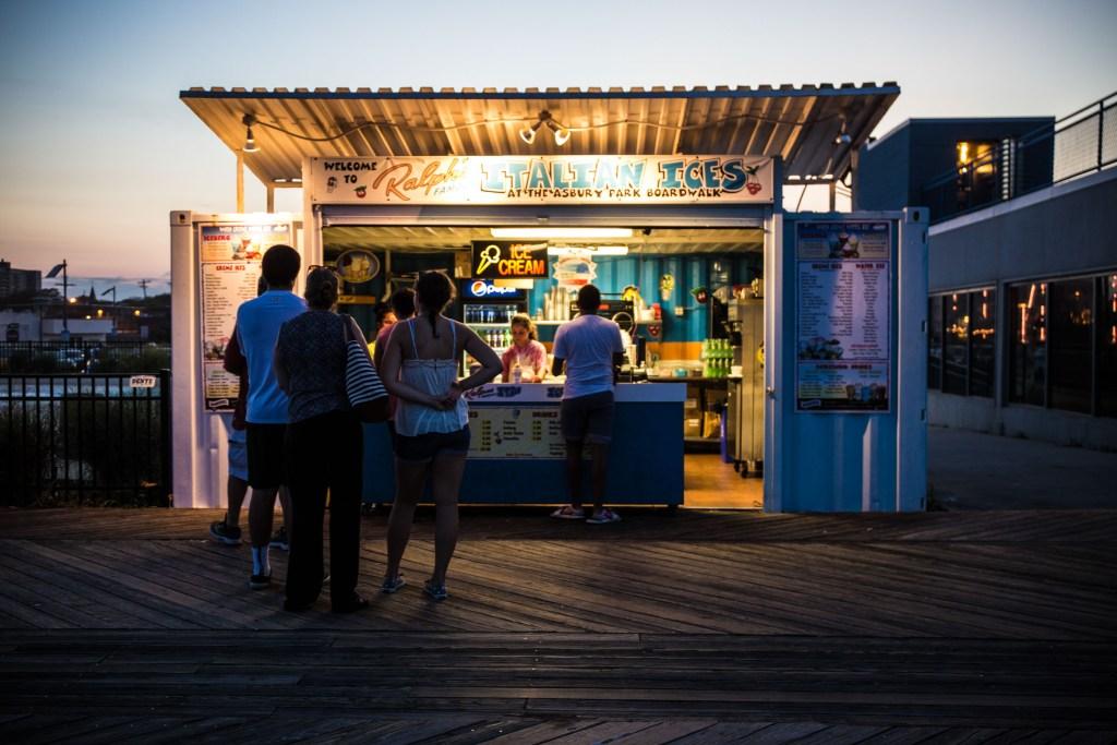 Sommerabend am Boardwalk von Asbury Park, NJ