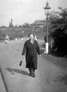Emma Walterscheid von Humboldt kommend den Gremberger Weg (höhe VFB05 Fußballplatz) lang laufend in Richtung Deutz.