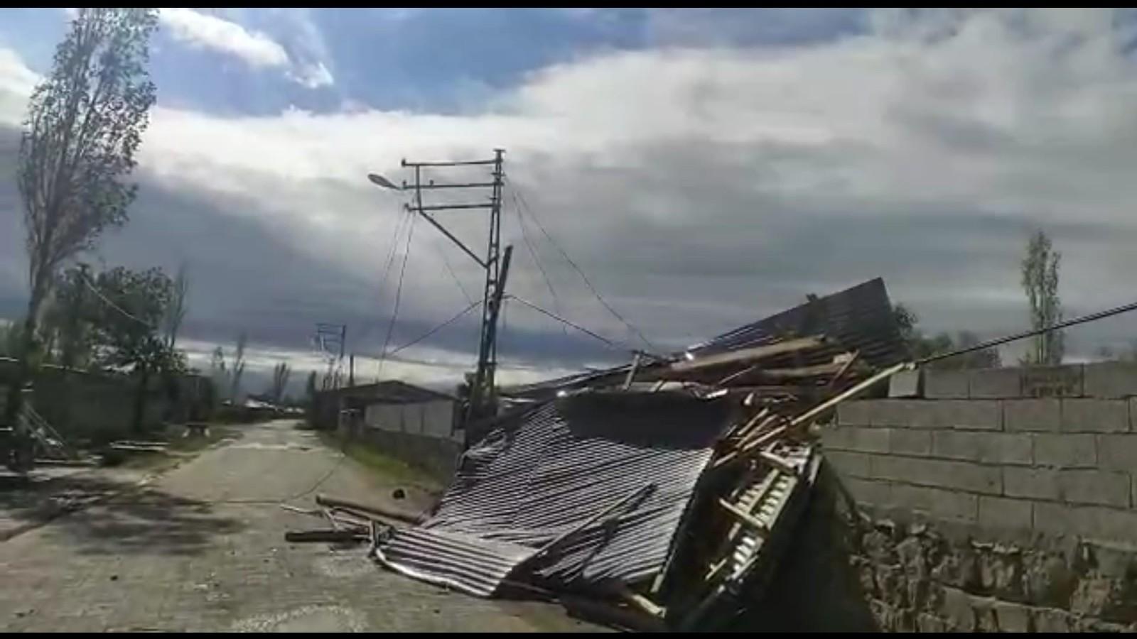 Iğdır'da fırtına evlerin çatılarını uçurdu