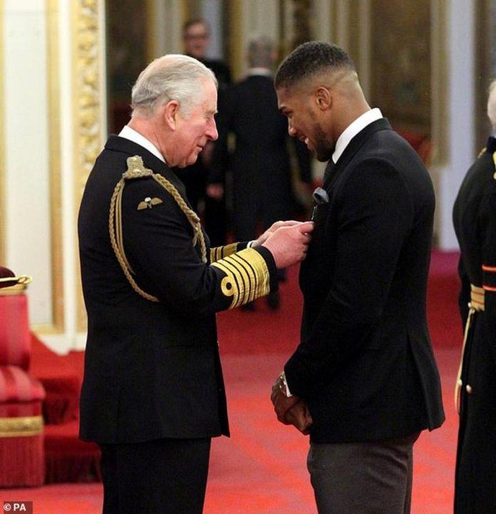 Umukinnyi w'iteramakofe Josua Anthony we yambitswe uyu mudari bita OBE na Prince Charles