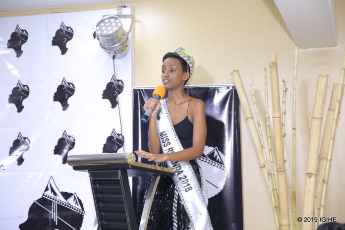 Iradukunda Liliane wabaye nyampinga w'u Rwanda 2018 yibukije abakobwa barimo n'ugiye kumusimbura ko bagomba gushyira hamwe