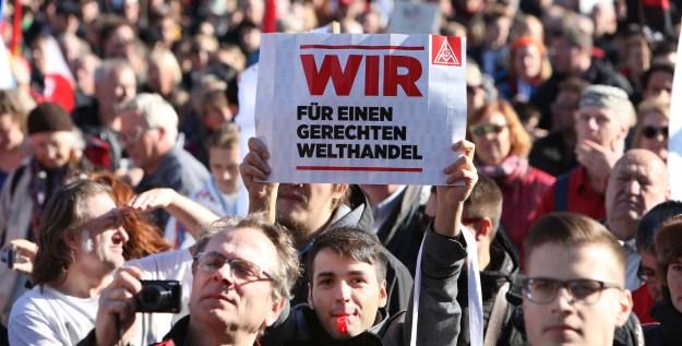 """Demonstration """"TTIP und CETA stoppen - für einen gerechten Welthandel"""" in Berlin. Foto: Christian von Polentz"""