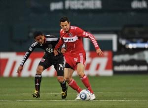 Andy Najar nie boi się pojedynków o piłkę (tu z Marco Pappą z Chicago Fire)