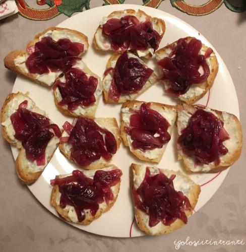 Crostini con duetto e cipolle rosse caramellate