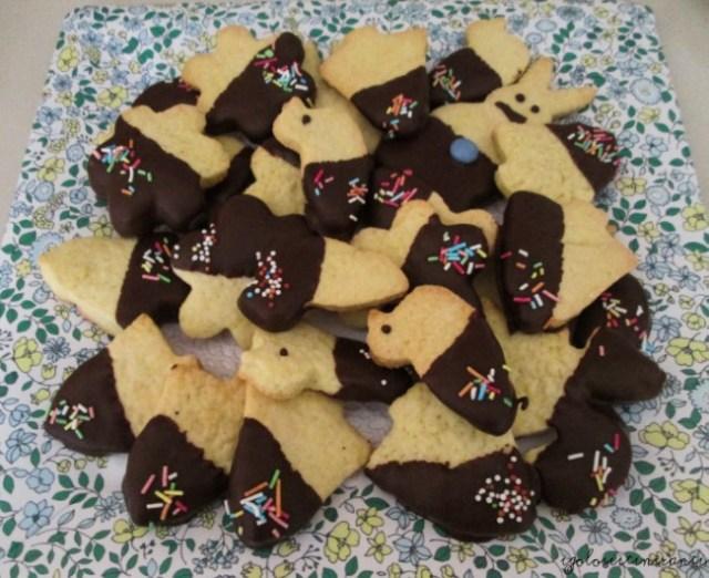 Biscotti di frolla pasquali con cioccolato e zuccherini