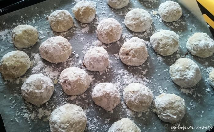 Pecan snowballs di Ottolenghi: biscottini senza uova a base di noci pecan e ricoperte di zucchero a velo