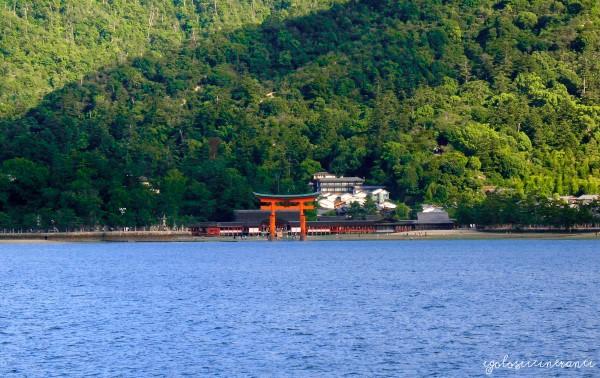 Torii nell'acqua del santuario Itsukushima, isola di Miyajima a Hiroshima