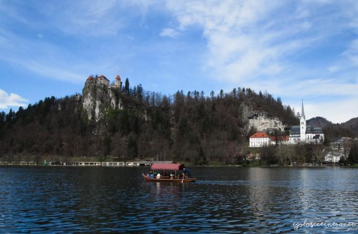 Lago di Bled con vista del castello e della barca tradizionale (pletna)