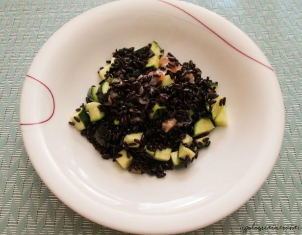 Insalata fredda di riso Venere, zucchine, salmone affumicato e menta