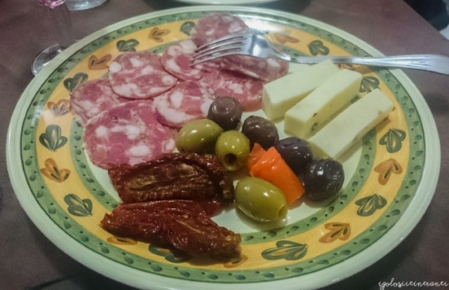 Antipasto misto con salame dei Nebrodi, pecorino pepato, olive e pomodori secchi (ristorante Le Pietre)