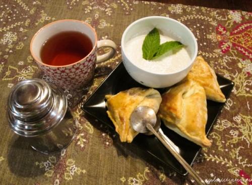 Samosa dolci alle mele, spezie e Blu Mugello con salsa alla menta e yogurt e tè Darjeeling