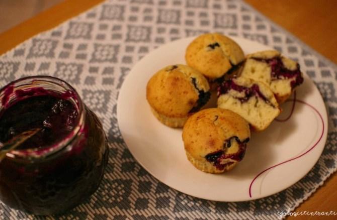 Muffin soffici alla panna e marmellata di uva fragola