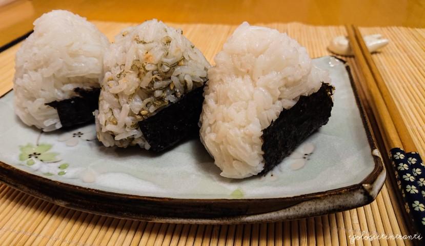 Onigiri con furikake, tonno e wasabi