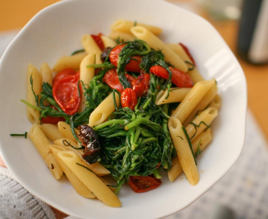 Pasta con agretti, pomodorini confit e olive