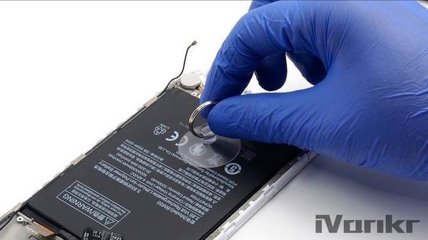Изымаем аккумулятор при помощи приспособления с присоской.